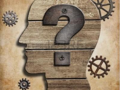 Profil eines Kopfes mit Fragezeichen